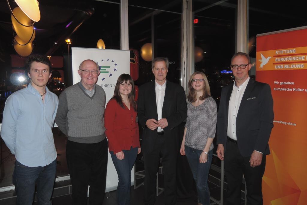 Gruppenfoto mit aktuellen und ehemaligen Aktiven der JEF - v.l.n.r. Pierre Vakalopoulos, Arno Krause, Linda Jaberg, Jo Leinen, Johanna Waterboehr und Hanno Thewes